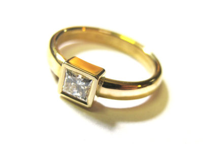 22CT GOLD AND DIAMOND RING